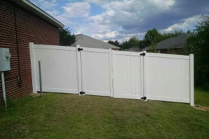 Vinyl fence in Navarre
